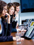 τηλεφωνικοί εργαζόμενοι γραφείων Στοκ Φωτογραφίες