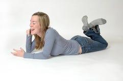 τηλεφωνικός έφηβος κυττά&r Στοκ Φωτογραφία