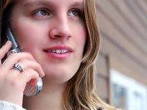 τηλεφωνικός έφηβος κυττά&r Στοκ Φωτογραφίες