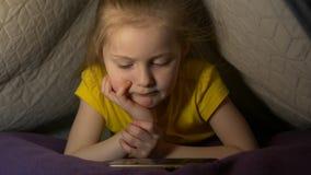 Τηλεφωνικός εθισμός μικρών κοριτσιών απόθεμα βίντεο