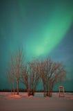 Τηλεφωνικός θάλαμος κάτω από τα βόρεια φω'τα Στοκ Φωτογραφία