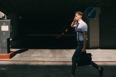 Τηλεφωνικός πολυάσχολος τρόπος ζωής ατόμων επιχειρησιακών επικοινωνιών Στοκ Φωτογραφίες