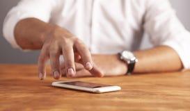Τηλεφωνικό ξύλινο υπόβαθρο επιχειρηματιών στοκ φωτογραφία με δικαίωμα ελεύθερης χρήσης