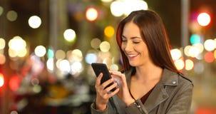 Τηλεφωνικό περιεκτικότητα σε ξεφυλλίσματος γυναικών στη νύχτα απόθεμα βίντεο