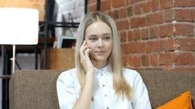 Τηλεφώνημα, επιχειρησιακή γυναίκα που μιλά σε Smartphone, εσωτερικό γραφείο Στοκ Φωτογραφίες