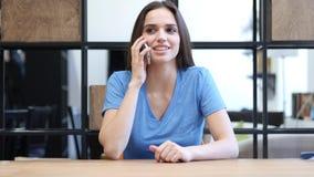 Τηλεφώνημα, επιχειρησιακή γυναίκα που μιλά σε Smartphone, εσωτερικό Στοκ φωτογραφία με δικαίωμα ελεύθερης χρήσης