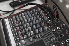 Τηλεχειρισμός του DJ Ακουστικός ελεγκτής του DJ Ηλεκτρονική περιστροφική πλάκα στοκ εικόνες
