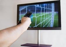 Τηλεχειρισμός TV εκμετάλλευσης χεριών Στοκ φωτογραφίες με δικαίωμα ελεύθερης χρήσης