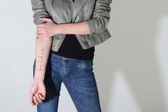 την δώστε που εμφανίζει γυναίκα δερματοστιξιών Στοκ εικόνες με δικαίωμα ελεύθερης χρήσης