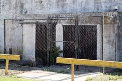 Την είσοδο από ένα δικτυωτό πλέγμα και μια κλειδαριά κλείνει, είναι απαγορευμένη για να εισαγάγει και η ζώνη είναι φρουρημένη στοκ φωτογραφία