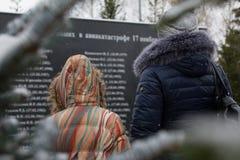 Την επίσκεψη γυναικών και μικρών κοριτσιών το μνημείο έσπασαν στη συντριβή αεροπλάνων Στοκ Φωτογραφίες