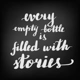 Την επιγραφή κάθε κενό μπουκάλι γεμίζουν με τις ιστορίες διανυσματική απεικόνιση