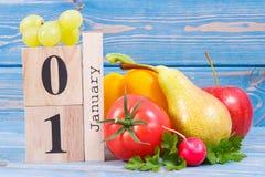 Την 1η Ιανουαρίου ημερομηνίας στο ημερολόγιο και τα φρούτα με τα λαχανικά, έννοια του υγιούς τρόπου ζωής και φαγητό στο νέο έτος Στοκ φωτογραφίες με δικαίωμα ελεύθερης χρήσης