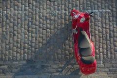 Την κόκκινη μοτοσικλέτα που στάθμευσαν επάνω η οδός, Λονδίνο, UK Στοκ Φωτογραφίες