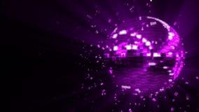 Την πορφυρή σφαίρα disco πυράκτωσης που αποτελείται περιστρέφοντας από τα κύβος-κρύσταλλα απόθεμα βίντεο