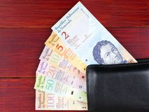 Της Βενεζουέλας Bolivares στο μαύρο πορτοφόλι στοκ εικόνες
