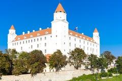 της Βρατισλάβα κάστρων δυναμικός σημαιών δευτερεύων ουρανός σλοβάκικα τρία στεγών αύξησης λαμπτήρων παλαιός απεικονισμένος πρόσφα στοκ φωτογραφίες