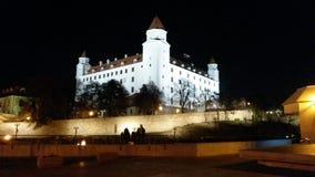 της Βρατισλάβα κάστρων δυναμικός σημαιών δευτερεύων ουρανός σλοβάκικα τρία στεγών αύξησης λαμπτήρων παλαιός απεικονισμένος πρόσφα Στοκ εικόνα με δικαίωμα ελεύθερης χρήσης