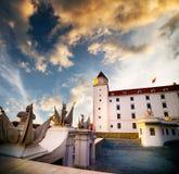 της Βρατισλάβα κάστρων δυναμικός σημαιών δευτερεύων ουρανός σλοβάκικα τρία στεγών αύξησης λαμπτήρων παλαιός απεικονισμένος πρόσφα Στοκ φωτογραφία με δικαίωμα ελεύθερης χρήσης