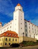 της Βρατισλάβα κάστρων δυναμικός σημαιών δευτερεύων ουρανός σλοβάκικα τρία στεγών αύξησης λαμπτήρων παλαιός απεικονισμένος πρόσφα Στοκ Εικόνα