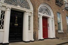 Της Γεωργίας μαύρη και κόκκινη πόρτα στην πόλη Δουβλίνο στην Ιρλανδία Στοκ φωτογραφία με δικαίωμα ελεύθερης χρήσης