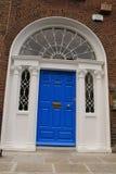 Της Γεωργίας μπλε πόρτα στην πόλη Δουβλίνο στην Ιρλανδία Στοκ Εικόνες