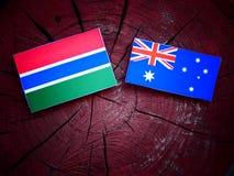 Της Γκάμπια σημαία με την αυστραλιανή σημαία σε ένα κολόβωμα δέντρων που απομονώνεται Στοκ φωτογραφίες με δικαίωμα ελεύθερης χρήσης