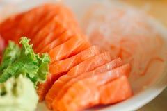 Της Ιαπωνίας Sashimi θαλασσινών ψαριών σολομών που εξυπηρετείται φρέσκο με την κόλλα wasabi Στοκ Φωτογραφίες