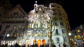 Της Ισπανίας Βαρκελώνη μπροστινό στενό επάνω 4k χρονικό σφάλμα battlo casa gaudi νύχτας ελαφρύ απόθεμα βίντεο