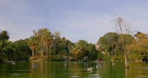 Της Ισπανίας Βαρκελώνη χρονικό σφάλμα πανοράματος πόλεων πάρκων miro του Joan ήλιων ελαφρύ 4k φιλμ μικρού μήκους