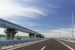 Της Κριμαίας γέφυρα πέρα από το στενό Kerch Στο αριστερό overpass της γέφυρας σιδηροδρόμων στοκ φωτογραφία με δικαίωμα ελεύθερης χρήσης