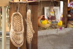 Της Λευκορωσίας εθνικά αρχαία παπούτσια - παπούτσια ίνας ραφίας Στοκ Εικόνες