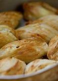 Της Μάλτα λιχουδιά ψησίματος, pastizzi Pastizzi, χαρακτηριστικά τρόφιμα οδών Της Μάλτα ζυμαρικά με το ricotta και τα μπιζέλια τρό στοκ εικόνα