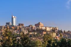 Της Ρουάντα κύριο στο κέντρο της πόλης ladscape με τα σπίτια και την επιχείρηση διαβίωσης στοκ εικόνες