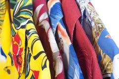Της Χαβάης πουκάμισα στις κρεμάστρες Στοκ Φωτογραφίες
