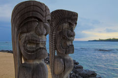 Της Χαβάης πόλοι τοτέμ Tikis Στοκ Φωτογραφία