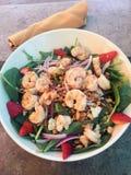 Της Χαβάης σαλάτα μεσημεριανού γεύματος με τις γαρίδες, τα πράσινα και τις φράουλες Στοκ εικόνα με δικαίωμα ελεύθερης χρήσης