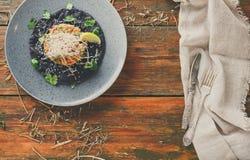 Της Χαβάης σπρώξιμο στο μαύρο επίπεδο κέικ σουσαμιού Σύγχρονα τρόφιμα εστιατορίων Στοκ Φωτογραφίες