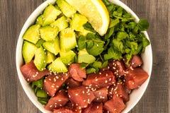 Της Χαβάης τόνος ύφους και Sashimi αβοκάντο κύπελλο τροφίμων σπρωξίματος στοκ εικόνα με δικαίωμα ελεύθερης χρήσης