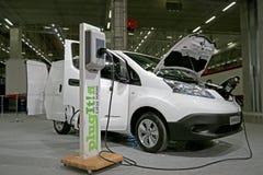 Της Nissan ηλεκτρική Van e-nv200 μπαταρία φόρτισης Electric φορτηγών Στοκ εικόνες με δικαίωμα ελεύθερης χρήσης