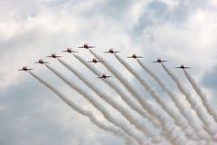 Της Royal Air Force RAF κόκκινη βελών ομάδα επίδειξης σχηματισμού aerobatic που πετά το βρετανικό αεροδιαστημικό γεράκι Τ 1 αεριω Στοκ Εικόνες