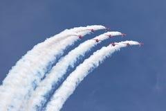 Της Royal Air Force RAF κόκκινη βελών ομάδα επίδειξης σχηματισμού aerobatic που πετά το βρετανικό αεροδιαστημικό γεράκι Τ 1 αεριω Στοκ φωτογραφίες με δικαίωμα ελεύθερης χρήσης