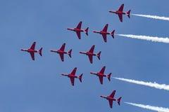 Της Royal Air Force RAF κόκκινη βελών ομάδα επίδειξης σχηματισμού aerobatic που πετά το βρετανικό αεροδιαστημικό γεράκι Τ 1 αεριω Στοκ εικόνες με δικαίωμα ελεύθερης χρήσης