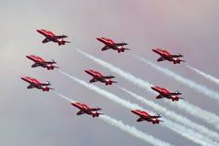 Της Royal Air Force RAF κόκκινη βελών ομάδα επίδειξης σχηματισμού aerobatic που πετά το βρετανικό αεροδιαστημικό γεράκι Τ 1 αεριω Στοκ φωτογραφία με δικαίωμα ελεύθερης χρήσης