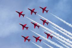 Της Royal Air Force RAF κόκκινη βελών ομάδα επίδειξης σχηματισμού aerobatic που πετά το βρετανικό αεροδιαστημικό γεράκι Τ 1 αεριω Στοκ Φωτογραφίες