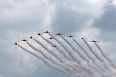 Της Royal Air Force RAF κόκκινη βελών ομάδα επίδειξης σχηματισμού aerobatic που πετά το βρετανικό αεροδιαστημικό γεράκι Τ 1 αεριω Στοκ Εικόνα