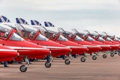 Της Royal Air Force RAF κόκκινο βελών βρετανικό αεροδιαστημικό γεράκι Τ ομάδων επίδειξης σχηματισμού aerobatic 1 τα αεριωθούμενα  Στοκ φωτογραφία με δικαίωμα ελεύθερης χρήσης