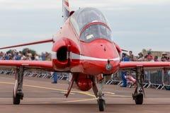 Της Royal Air Force RAF κόκκινο βελών βρετανικό αεροδιαστημικό γεράκι Τ ομάδων επίδειξης σχηματισμού aerobatic 1 αεριωθούμενα αερ Στοκ φωτογραφία με δικαίωμα ελεύθερης χρήσης
