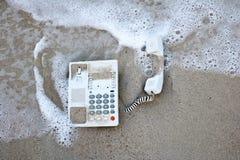 Τηλέφωνο γραφείων στην άμμο στην παραλία Στοκ εικόνα με δικαίωμα ελεύθερης χρήσης