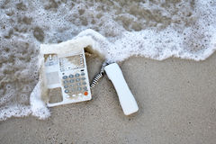 Τηλέφωνο γραφείων στην άμμο στην παραλία Στοκ φωτογραφίες με δικαίωμα ελεύθερης χρήσης